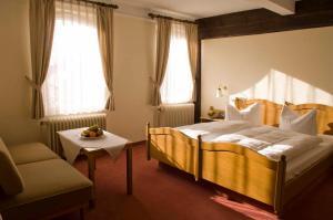 Ein Bett oder Betten in einem Zimmer der Unterkunft Goldener Hirsch