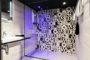 A bathroom at Savoy Hotel Rotterdam