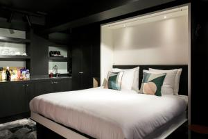 A bed or beds in a room at Savoy Hotel Rotterdam
