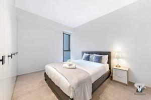 A bed or beds in a room at Haymarket 2Bed Stunning City View NHA178-12