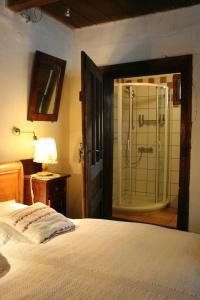 Un pat sau paturi într-o cameră la Count Kálnoky's Transylvanian Guesthouses