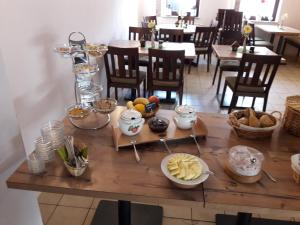 Ein Restaurant oder anderes Speiselokal in der Unterkunft Hotel Zur Wildtränke