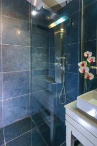 A bathroom at Cosmopolitan Hotel & Spa