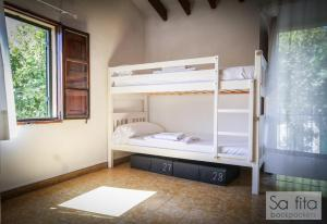 A bunk bed or bunk beds in a room at Sa Fita Backpackers - Albergue Juvenil