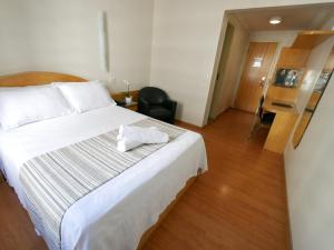 A bed or beds in a room at Icaraí Praia Hotel