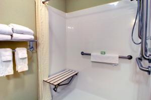 A bathroom at Cobblestone Inn & Suites - Carrington