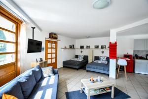 A seating area at Borálom Apartman Tokaj