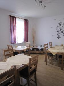 Ein Restaurant oder anderes Speiselokal in der Unterkunft Pension Belau's Hof