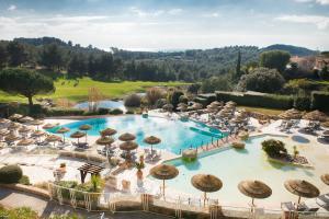 Vue sur la piscine de l'établissement Hôtel Dolce Fregate Provence ou sur une piscine à proximité