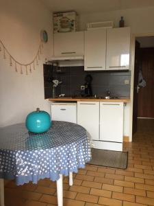 A kitchen or kitchenette at Les Cottages 17