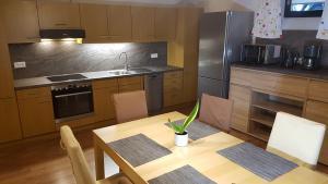 Küche/Küchenzeile in der Unterkunft Monteurwohnung Ferienwohnung Landshut