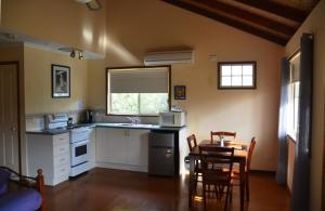 A kitchen or kitchenette at Avoca Cottages VICTORIA