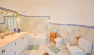 A bathroom at Villa CaraVane