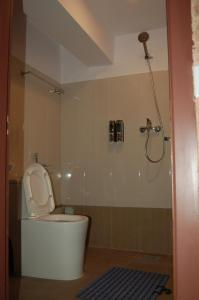 A bathroom at Hotel Malla Inn