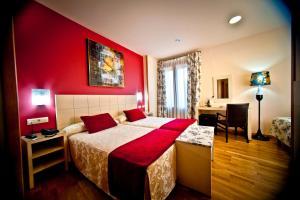 A bed or beds in a room at Hotel Condes de Castilla