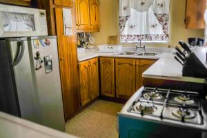 A kitchen or kitchenette at Eko Cozy Guest House