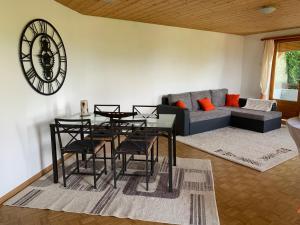Ein Sitzbereich in der Unterkunft Bed & Breakfast Region Murtensee