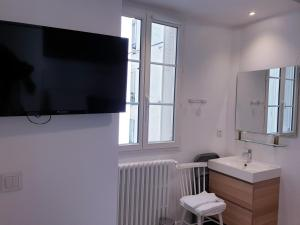 A television and/or entertainment center at Apartment Quartier Latin - Mouffetard