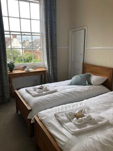 A bed or beds in a room at Broadway House Luxury Serviced Rooms