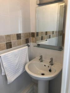 A bathroom at Broadway House Luxury Serviced Rooms