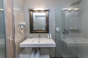 A bathroom at Demi Hotel