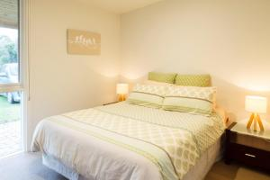 A bed or beds in a room at Sandy point hideaway