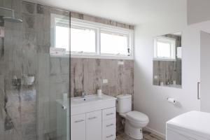 A bathroom at Sandy point hideaway