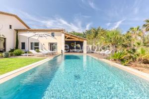 The swimming pool at or close to Villa Olivia
