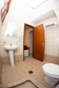 Ένα μπάνιο στο Bintzan Inn Hotel