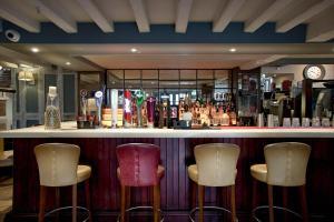 The lounge or bar area at Dinn Rí Hotel