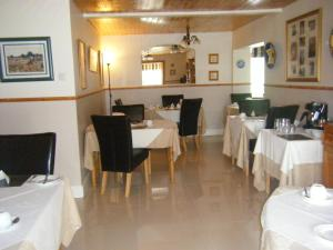 A restaurant or other place to eat at Mannin Lodge B&B