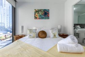 A bed or beds in a room at Melbourne CBD Views-Free Parking Wine Wifi Netflix