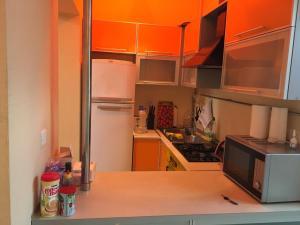 A cozinha ou cozinha compacta de Funikuler-Neftaniki Avenue