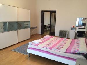 Cama ou camas em um quarto em Funikuler-Neftaniki Avenue