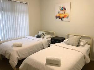A bed or beds in a room at MODERN SPACIOUS 3 BR HOME - NEAR BEACH & AIRPORT