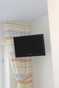 A television and/or entertainment center at Jahnkes Gasthaus-Pension garni