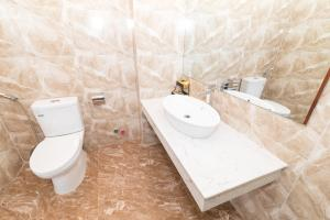 A bathroom at Sao Mai Hotel & Apartment