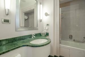 A bathroom at Hotel Capo d´África – Colosseo