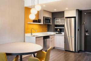 A kitchen or kitchenette at Residence Inn by Marriott Calgary Downtown/Beltline District