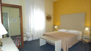 A bed or beds in a room at Hotel Centrale Byron