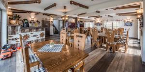 La Conacul Vesel tesisinde bir restoran veya yemek mekanı