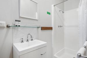 A bathroom at Discovery Parks – Swan Valley