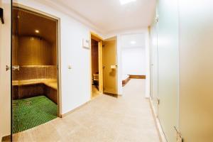 A bathroom at Piatra Pinului Ski & Spa