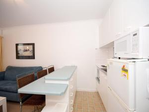 A kitchen or kitchenette at 'Beachside' Shoal Bay, Unit 6