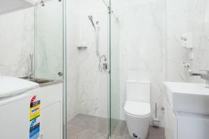 A bathroom at STUNNING SYDNEY HOME 5