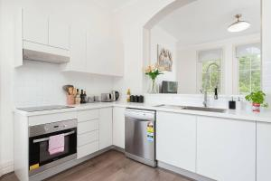 A kitchen or kitchenette at STUNNING SYDNEY HOME 5