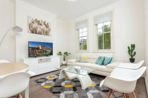 A seating area at STUNNING SYDNEY HOME 6