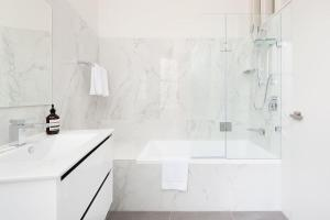 A bathroom at STUNNING SYDNEY HOME 10