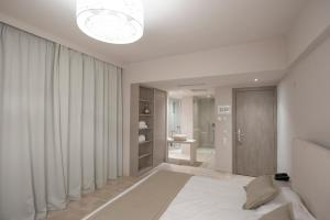 Ένα ή περισσότερα κρεβάτια σε δωμάτιο στο Hotel King Saron