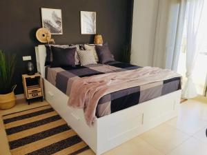 Łóżko lub łóżka w pokoju w obiekcie 3 Bedroom with Rooftop Terrace & Jacuzzi